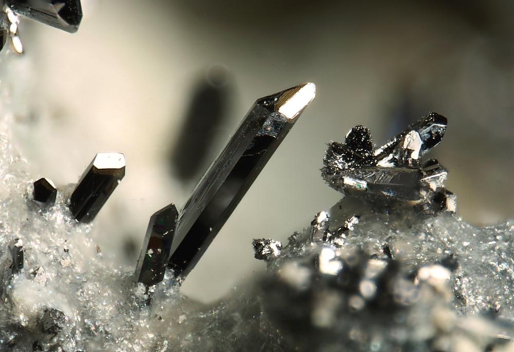 Металлические кристаллы селена, образованный на свалке горящего угля