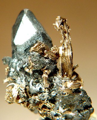 Серебро на акантите, 2.3 x 1.8 x 1.1 см, Перу, шахта Учукчакуа